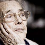 Primo piano di una signora anziana