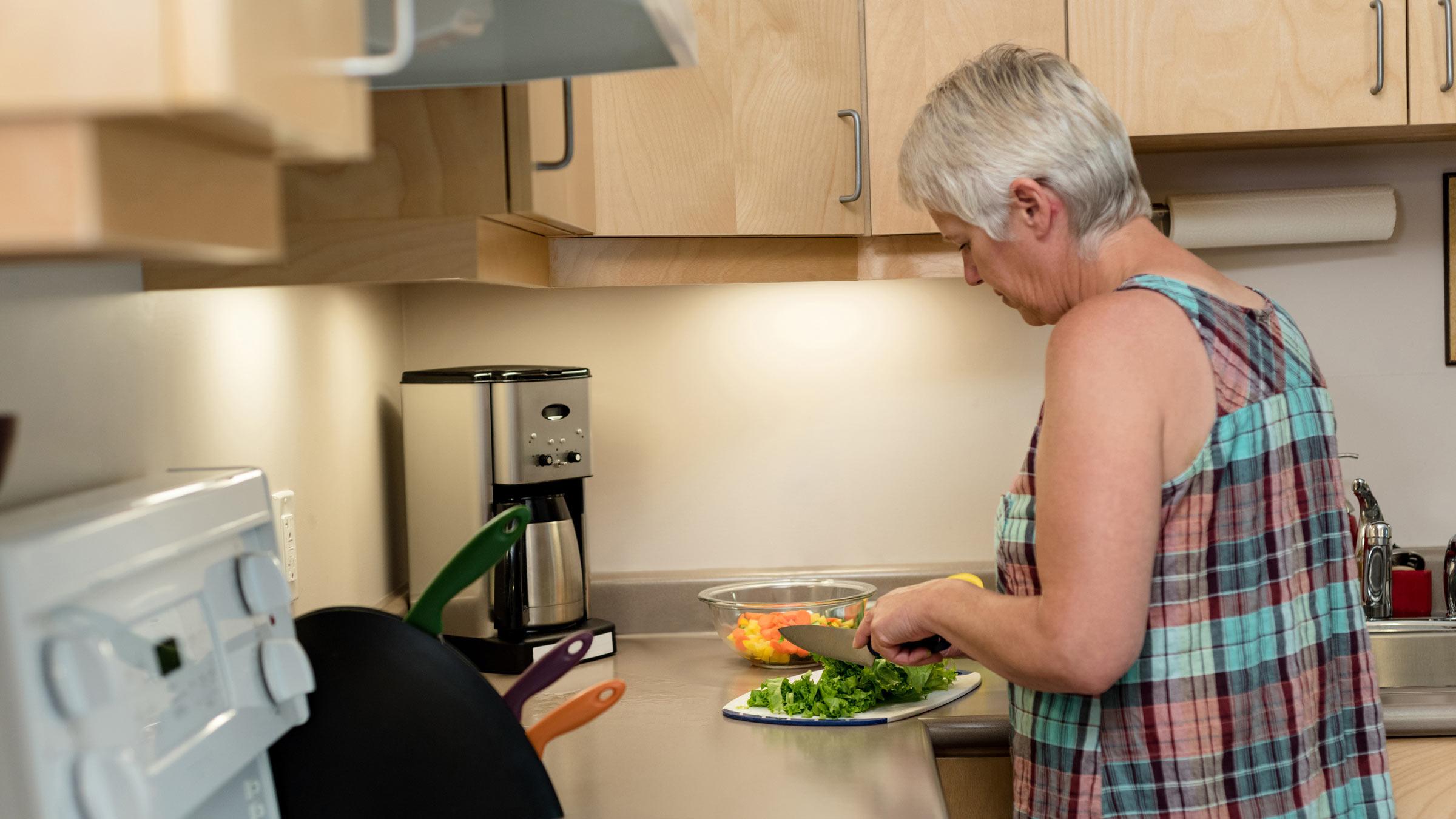 Anziana che cucina