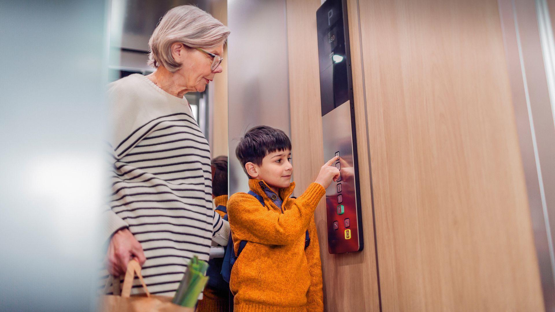 Anziana con nipote in ascensore