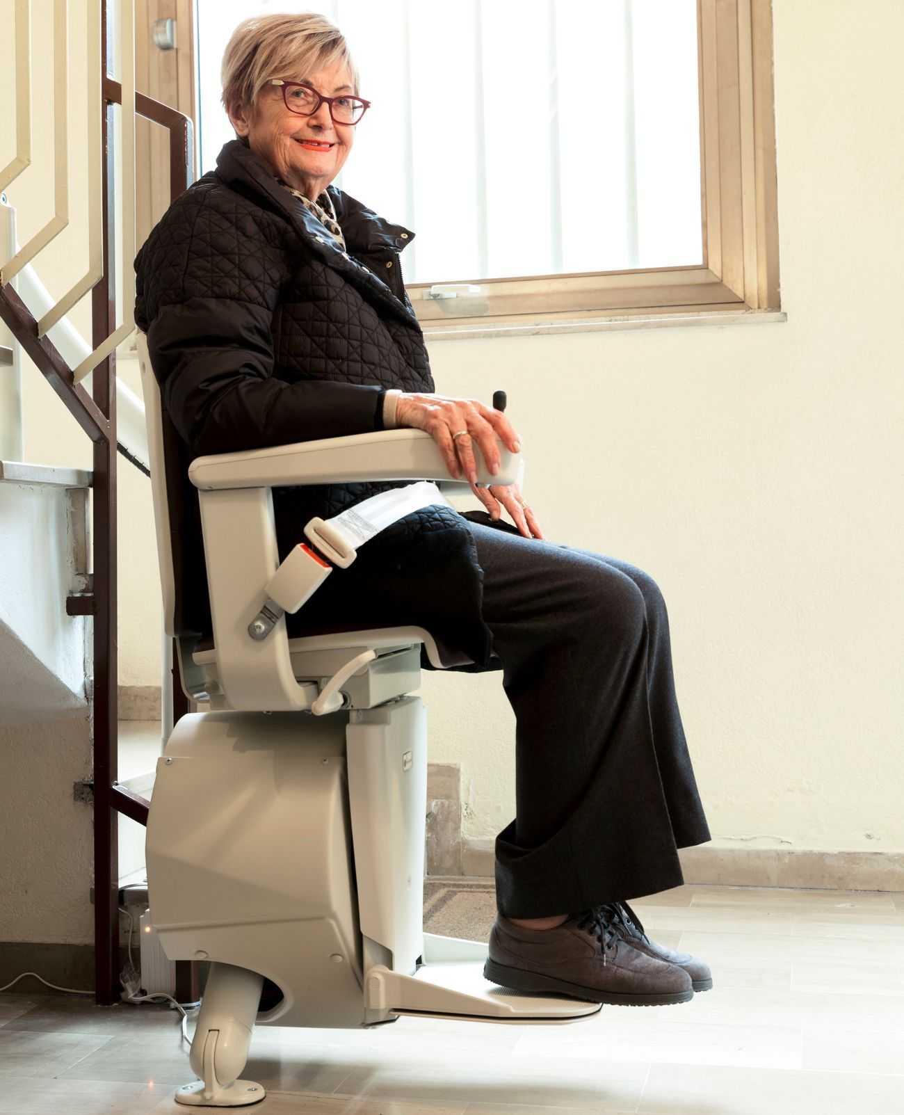 Anziana su un montascale a poltroncina