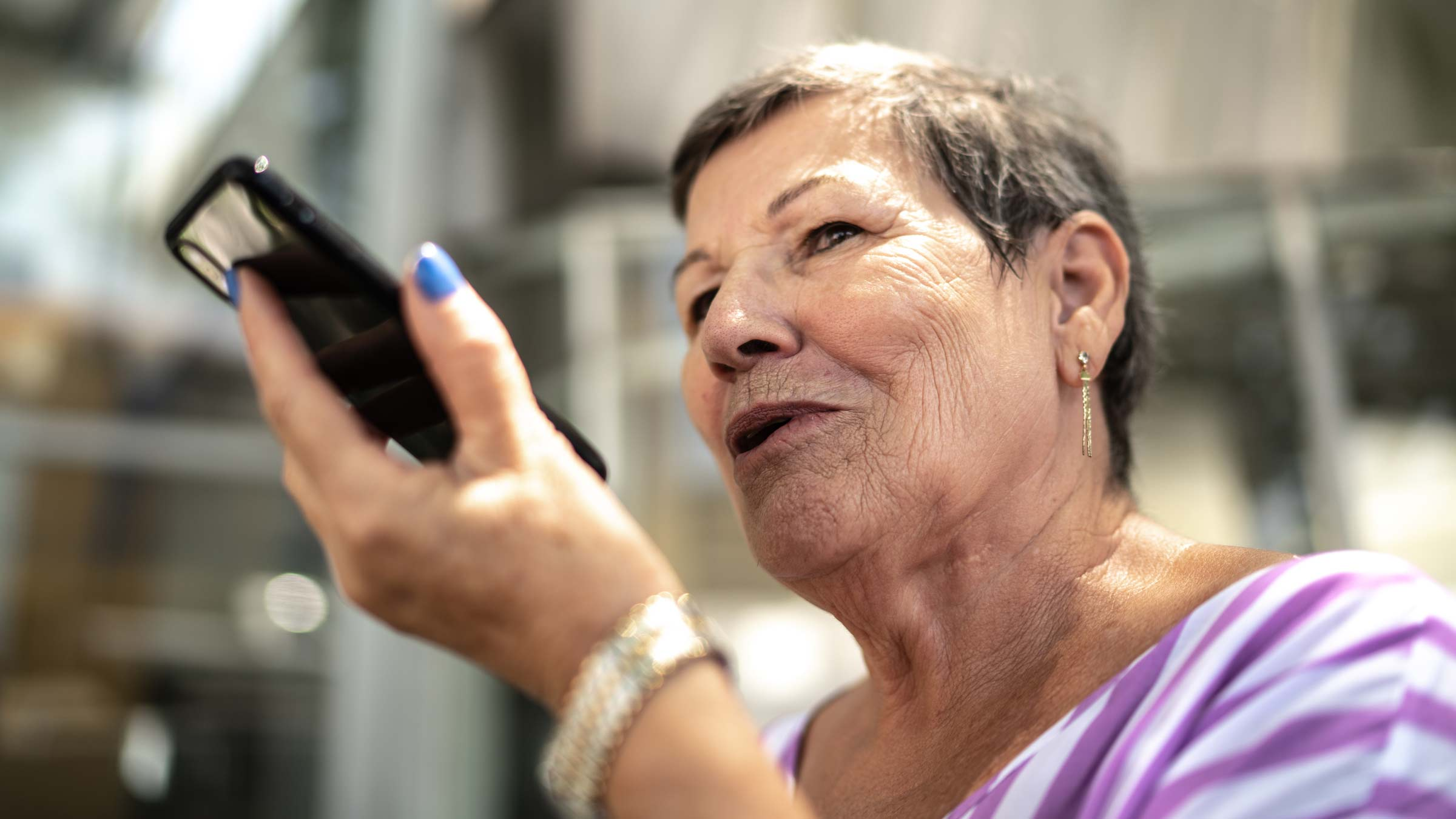 Signora anziana invia un messaggio con l'assistente vocale
