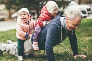 Anziano e bambini che giocano